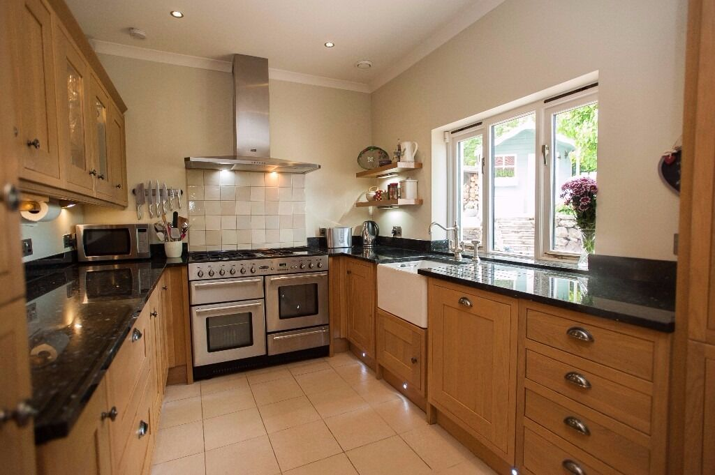 howdens tewkesbury shaker oak kitchen with rangemaster. Black Bedroom Furniture Sets. Home Design Ideas