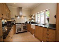 Howdens Tewkesbury Shaker Oak Kitchen with Rangemaster, Perrin & Rowe tap & granite worktop