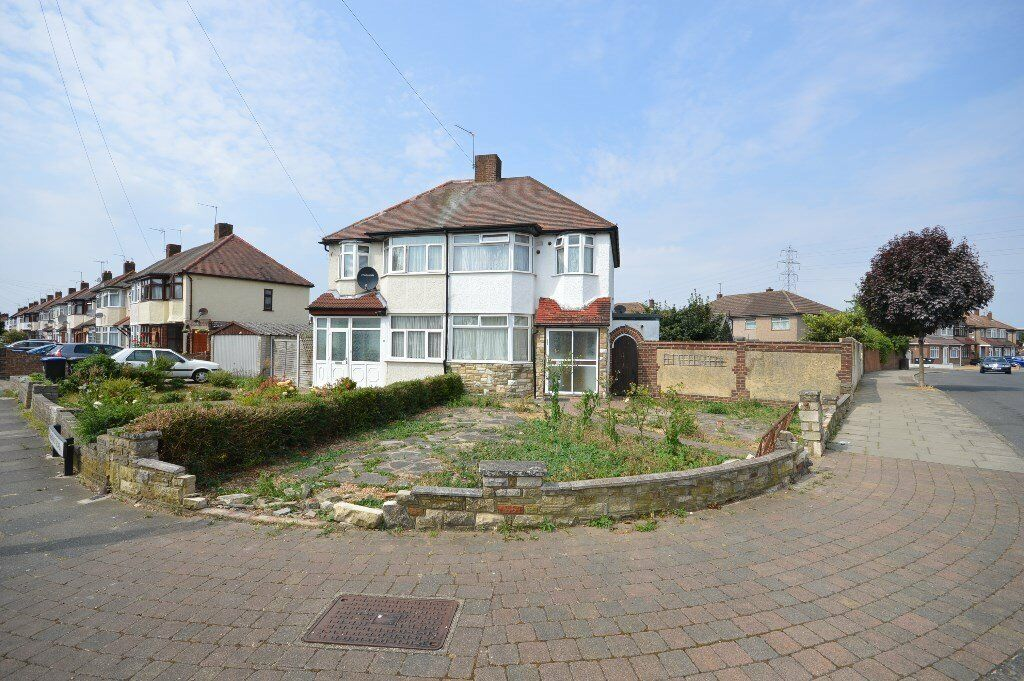 Spacious 3 bed house with 2 receptions in Enfield on park Road