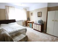 Double room in friendly all girls house in Raynes Park (Wimbledon/Morden) Suits non smoking female