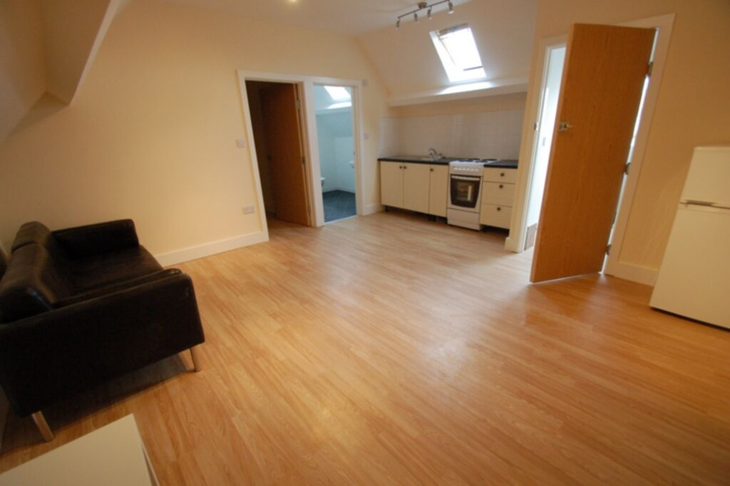 1 bedroom flat in 17 Parade Mansions, Vivian Avenue, Hendon, NW4