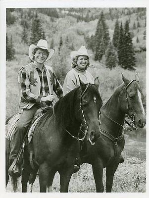 JOHN DENVER BEVERLY SILLS SMILING PORTRAIT HORSES HORSEBACK 1981 ABC TV PHOTO