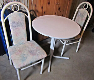 Kitchenette table and 2 chairs