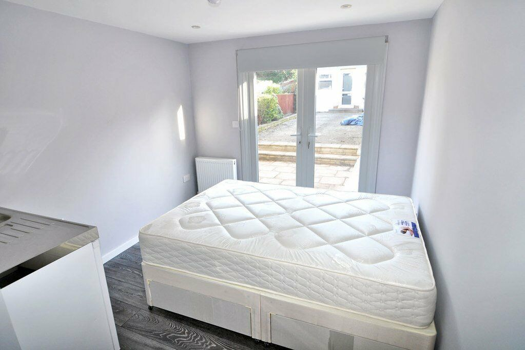 A brand new double room with en-suite bathroom close to tube, BILLS INCLUDED