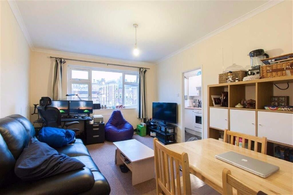 AMAZING LOCATION CLOSE TO TUBE AND SHOPS! TWO BED WITH LARGE LOUNGE/DINING AREA! MODERN FINISH!