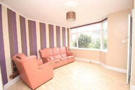 3 bedroom flat in Balmoral Road, .