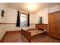 2 bedroom flat in Park Ridings,