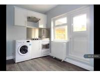 Studio flat in Southend Road, Grays, RM17
