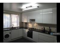 3 bedroom flat in Fairfoot Road, London, E3 (3 bed)