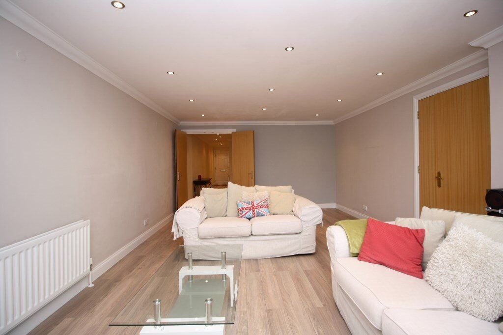 MODERN SPACIOUS 2 BEDROOM APARTMENT~PARKING~DIRECT RIVER VIEWS~GREAT TRANSPORT LINKS~CANARY WHARF