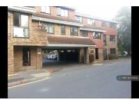 Studio flat in Leacroft, Staines-Upon-Thames, TW18