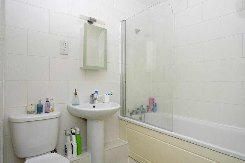1 double bedroom, offered furnished, close to Westferry DLR Station. Secure development & concierge