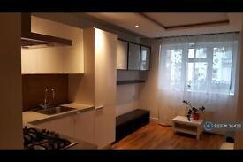 3 bedroom flat in Morgan Court, London, SW11 (3 bed)