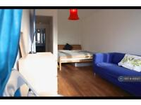 5 bedroom flat in Kentish Town, London, NW5 (5 bed)
