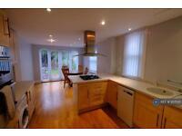 2 bedroom flat in Hillfield Avenue, London, N8 (2 bed)