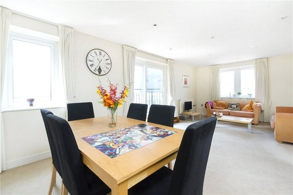 2 double bedrooms, river facing, close to DLR station and local amenities. 24 hour concierge service