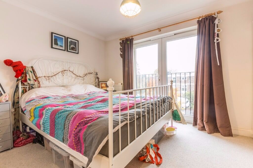 **LOOK NO FURTHER**GORGEOUS TWO BEDROOM GARDEN FLAT LOCATED IN TOOTING