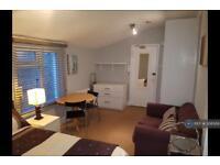 Studio flat in Dorville Crescent, London, W6
