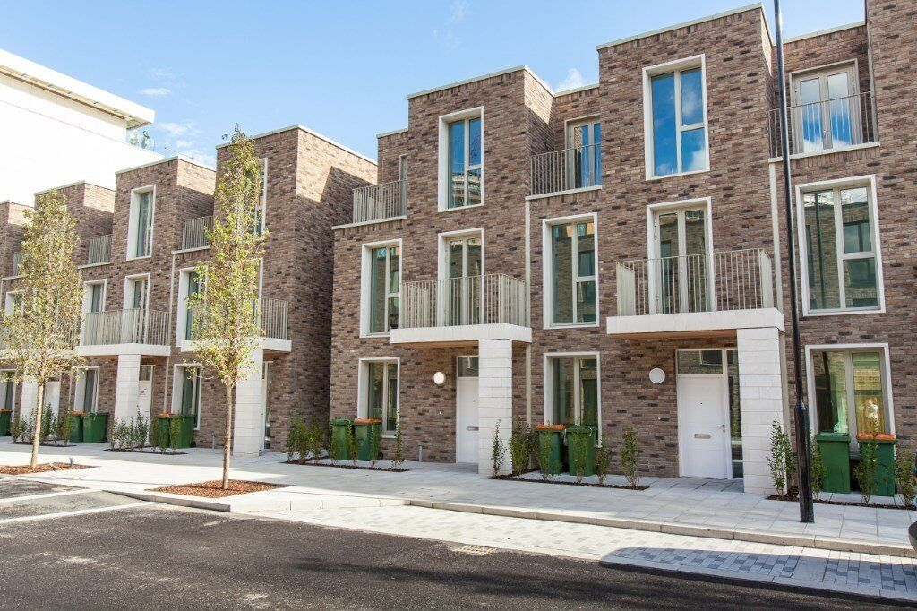 # Beautiful brand new 3 bed three bath luxury townhouse available now with garden - E16 - CALL NOW!