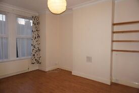 Bright & airy 2 bedroom ground floor flat with separate entrance on Selincourt Road, Tooting SW17