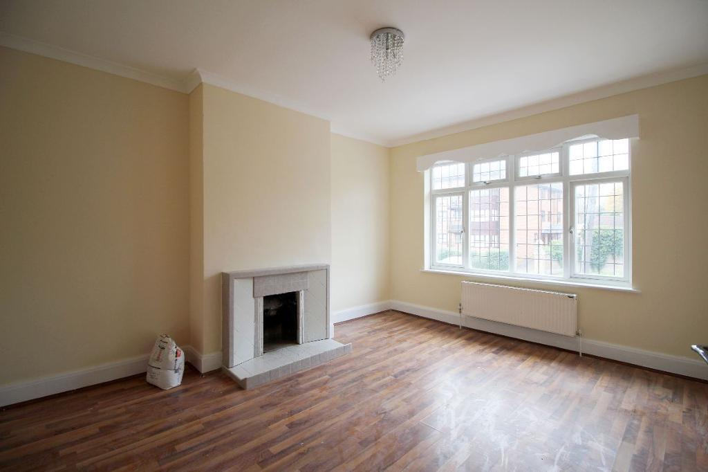 3 bedroom flat in Holders Hill Parade, Holders Hill Road, NW7