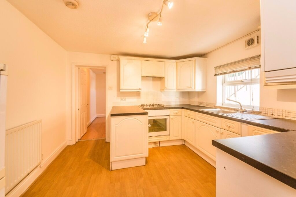 Queens Road - Very large 2 bedroom flat with parking and PRIVATE garden !!! This will go VERY QUICK