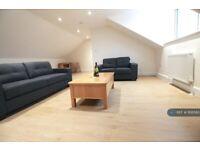 3 bedroom flat in High Road, London, N12 (3 bed) (#1106580)