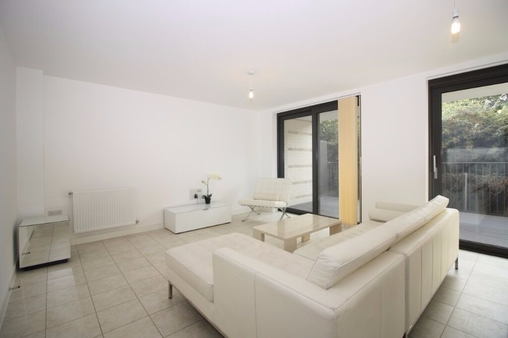 - REDUCED TO £450W - modern property next to DLR in E16!! Available NOW!