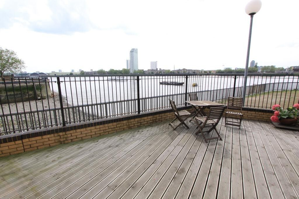 2 BED, 2 BATH, STUNNING VIEWS FROM TERRACE, SEPARATE KITCHEN, LOTS OF SPACE, CLOSE TO CANARY WHARF