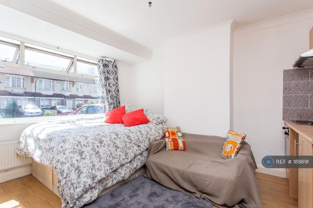 Studio flat in Mitchell Road, London, N13