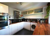 3 bedroom flat in Mayfield Road, Crouch End, N8