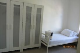 STUDENT LET BRIGHT FURNISHED & EQUIPPED 3 ROOMS NEAR SHOPS & BEACH