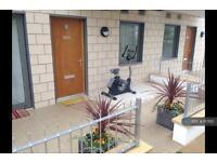 3 bedroom flat in Laval House, Brentford, TW8 (3 bed)