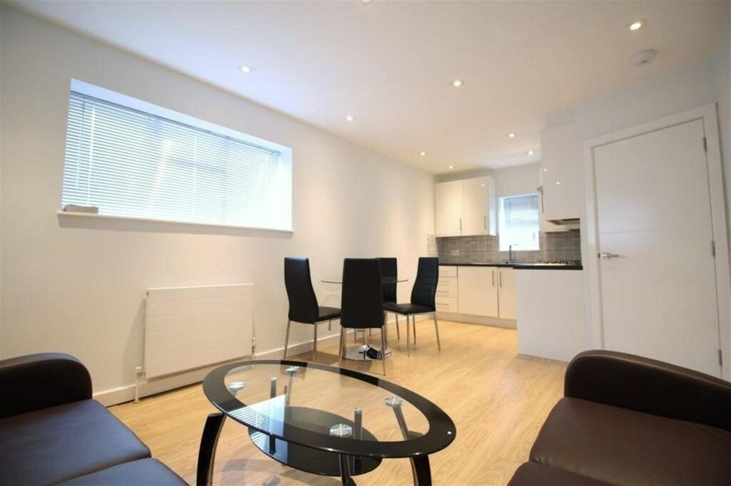 BEAUTIFUL EXCELLENT 2 DOUBLE BEDROOM FLAT NEAR TRAIN, ZONE 2 NIGHT TUBE, 24 HOUR BUSES & SHOPS