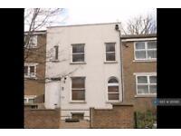 3 bedroom flat in Bedford Road, London, SW4 (3 bed)