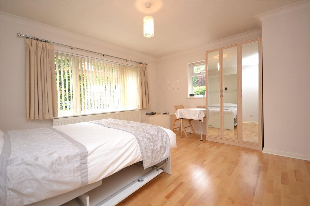 Studio flat in Clydesdale Court, 3 Oakleigh Park North, Whetstone, N20