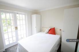 Studio flat in Oakmead Gardens, Edgware, HA8