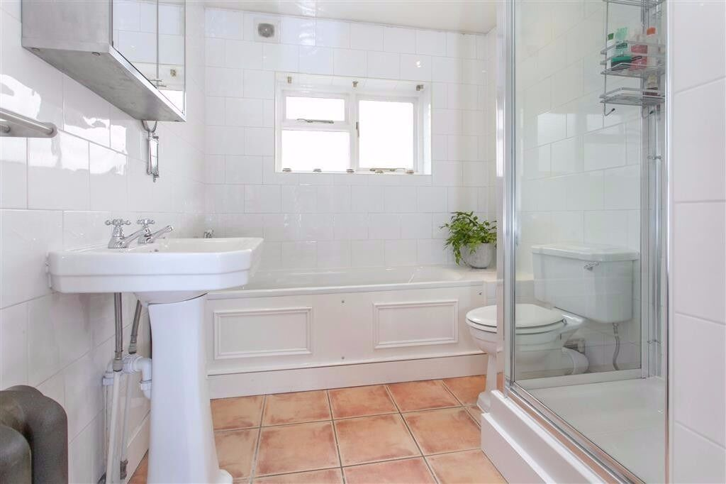 Absolutely stunning 3 bedroom apartment.. Beautiful space close to transport!!