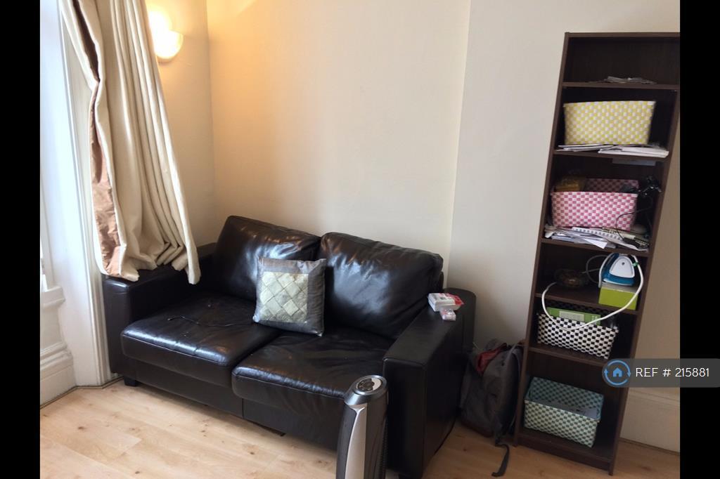 Studio flat in Cheniston Gardens, London, W8