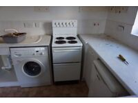 Freestanding electric cooker .Radiant rings. working. 1 chrome trim surround broken. 50mm wide.