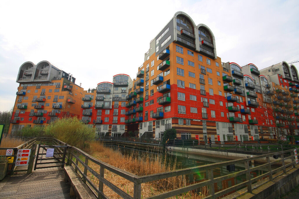 A Breathtaking Two Bedroom Dual Aspect Apartment In The Popular North Greenwich Area