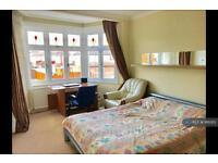 1 bedroom in Laburnum Grove, London, N21