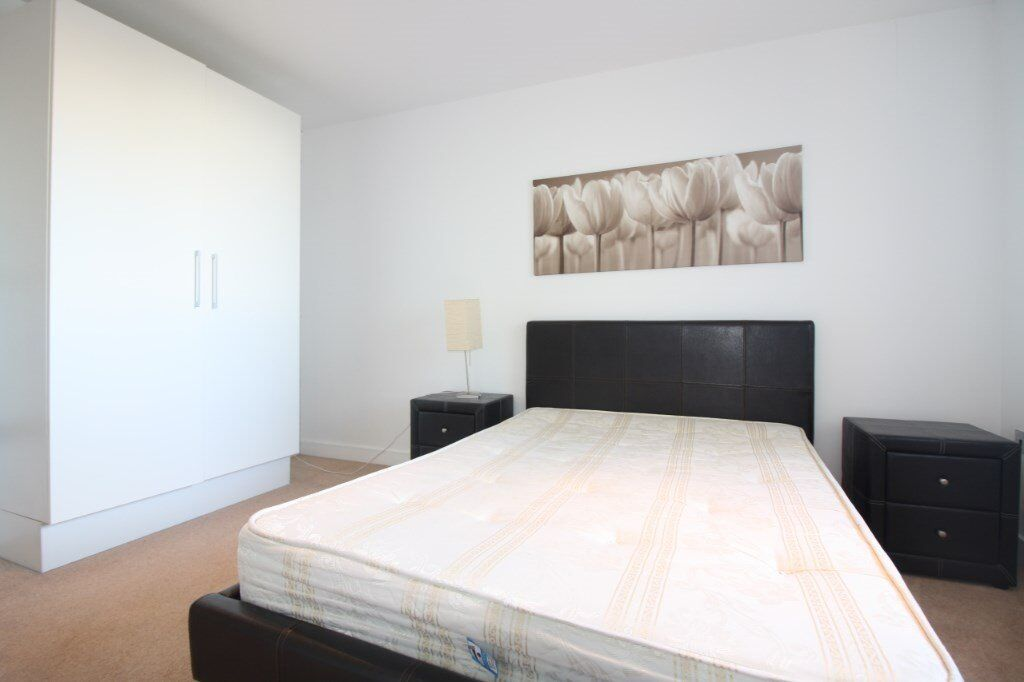 DESIGNER FURNISHED ONE BEDROOM APARTMENT IN E16 ROYAL DOCKS ROYAL VICTORIA DLR AVAILABLE NOW!