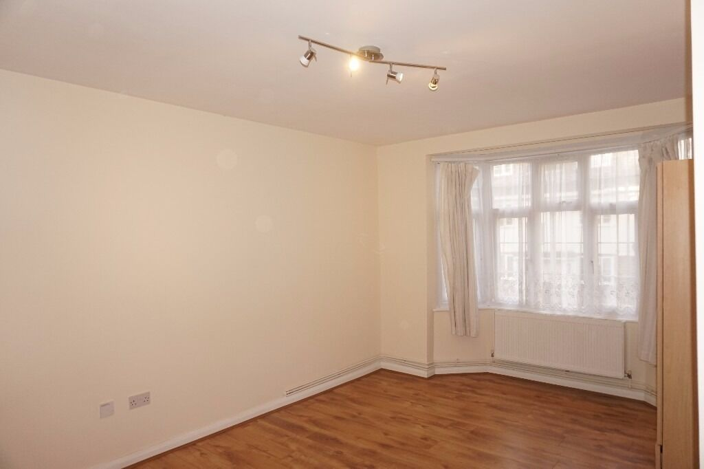 Freshly redecorated spacious 1 bedroom flat on Seymour Court, Whitehall Road, Chingford E4