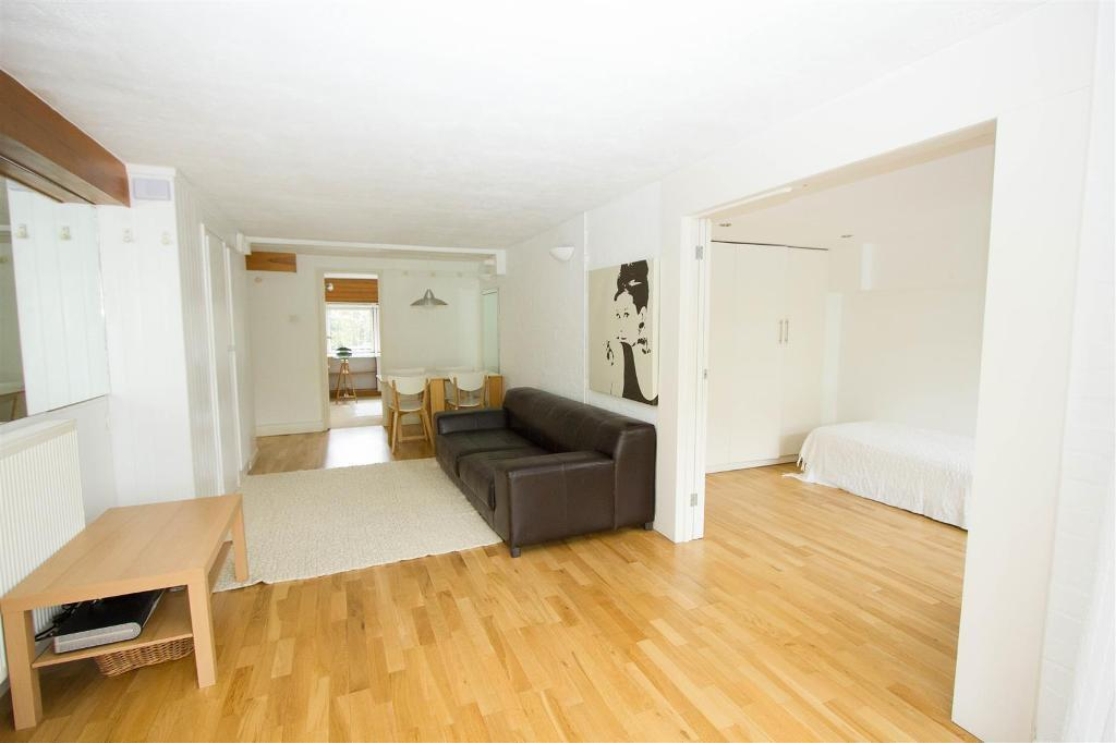 2 bedroom flat in Talbot Road, London