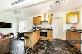 5 bedroom house in Gloucester Road, Guildford, GU2 (5 bed) (#969740)