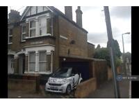 3 bedroom flat in Pretoria Road, London, E11 (3 bed)