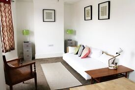 Single room in furnished flat share, central location (private rental)