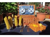 Luxury 4 Person Deluxe Natural Wicker Picnic Basket Hamper with Cutlery, Corkscrew, Glasses, Plates