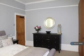 2 bedroom flat in Mulberry Way, London, E18 (2 bed)